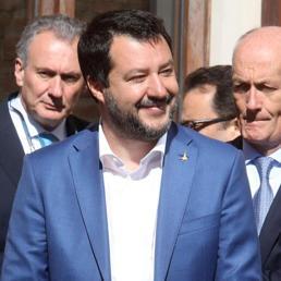 Migranti e porti chiusi, la direttiva Salvini accende lo scontro tra Viminale e Difesa